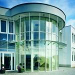 Arquitectura moderna con grandes ventanales