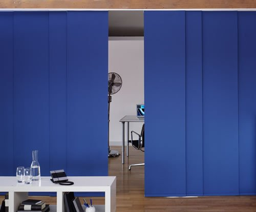 Paneles black out azul para dividir ambientescortinas for Separar ambientes con cortinas