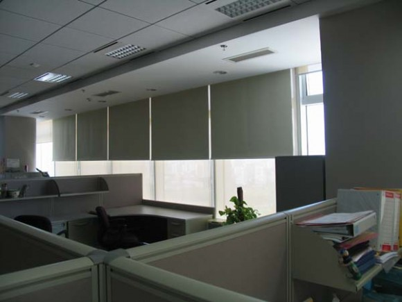 Cortinas roller black out en oficinas for Cortinas para oficinas modernas